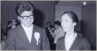 第4回授賞式にて。演技で個人賞受賞の奈良岡朋子(右)と安部公房